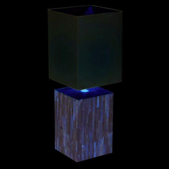 Perle-bordlampe-med-en-hvid-skærm
